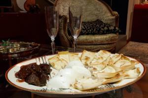Focaccia col formaggio, fichi glassati e mozzarella