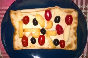 Focaccia al formaggio scamorza affumicata, pomodorini e olive nere - Panificio Pasticceria Tossini - Recco
