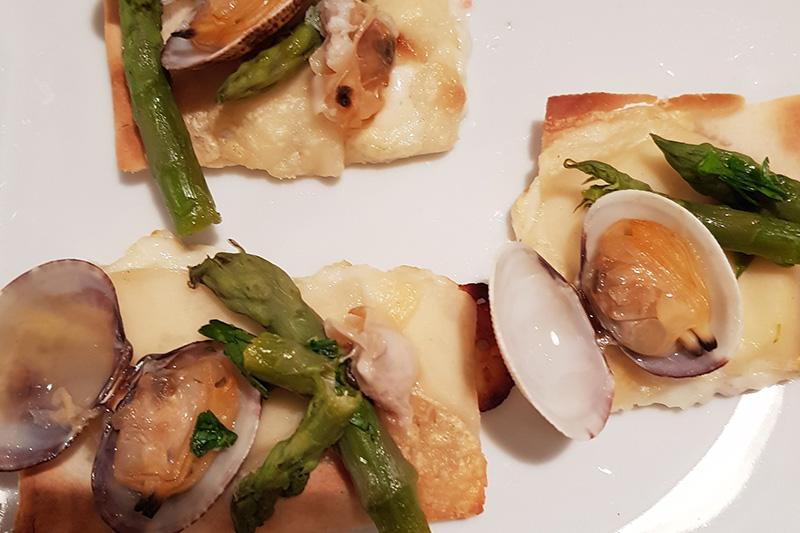 Focaccia al formaggio con vongole e asparagi - Panificio Pasticceria Tossini - Recco