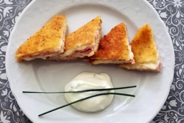 focaccia col formaggio in carrozza con salsa allo yougurt - Panificio Pasticceria Tossini - Recco
