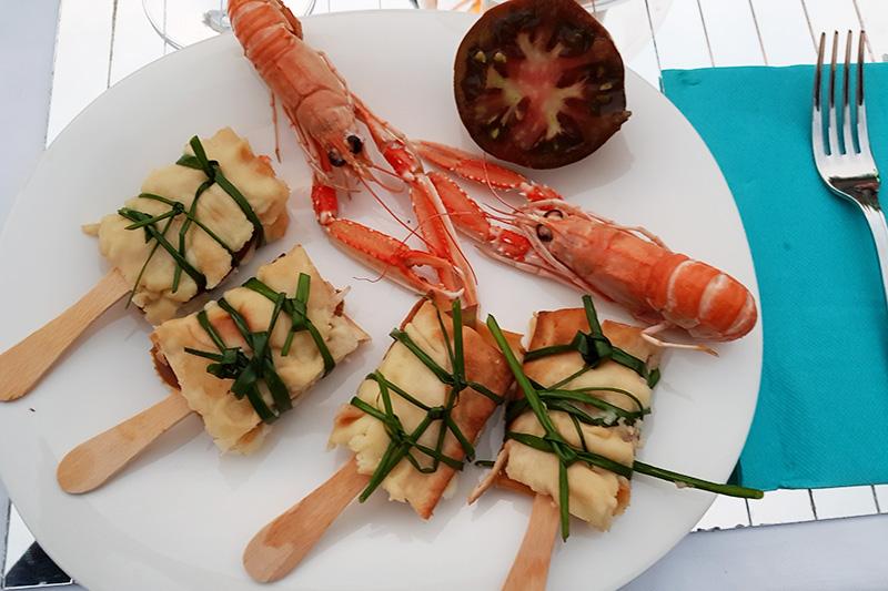 focaccia col formaggio, bisque di scampi e pomodori neri - Panificio Pasticceria Tossini - Recco