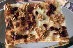 focaccia col formaggio, mirtilli e noci - Panificio Pasticceria Tossini - Recco