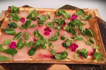 focaccia col formaggio con carpaccio di spada - Panificio Pasticceria Tossini - Recco