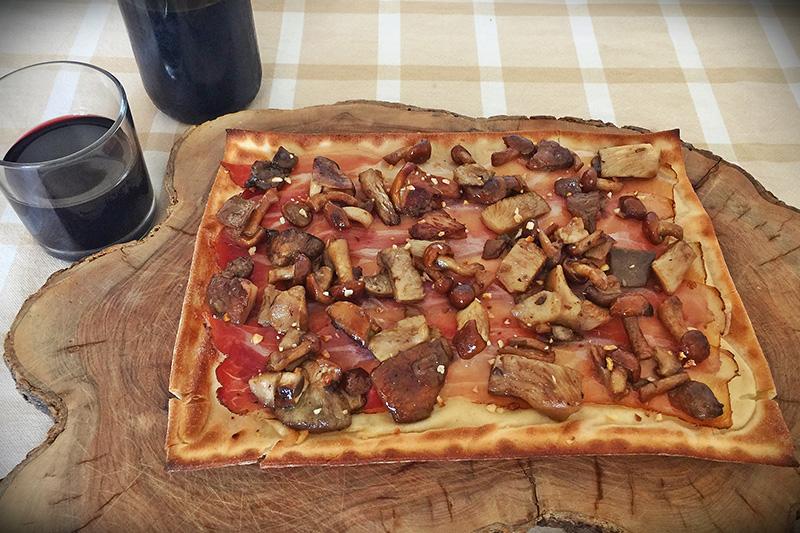 focaccia col formaggio con speck, funghi e noci - Panificio Pasticceria Tossini - Recco