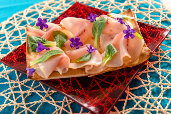 Focaccia col formaggio con carpaccio di spada e rucola - Panificio Pasticceria Tossini