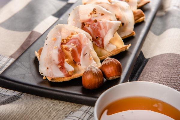 Focaccia col formaggio con lardo nocciole tostate e miele - Panificio Pasticceria Tossini