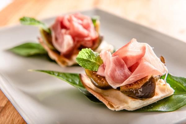 Rose di prosciutto di Norcia e fichi neri su focaccia col formaggio - Panificio Pasticceria Tossini