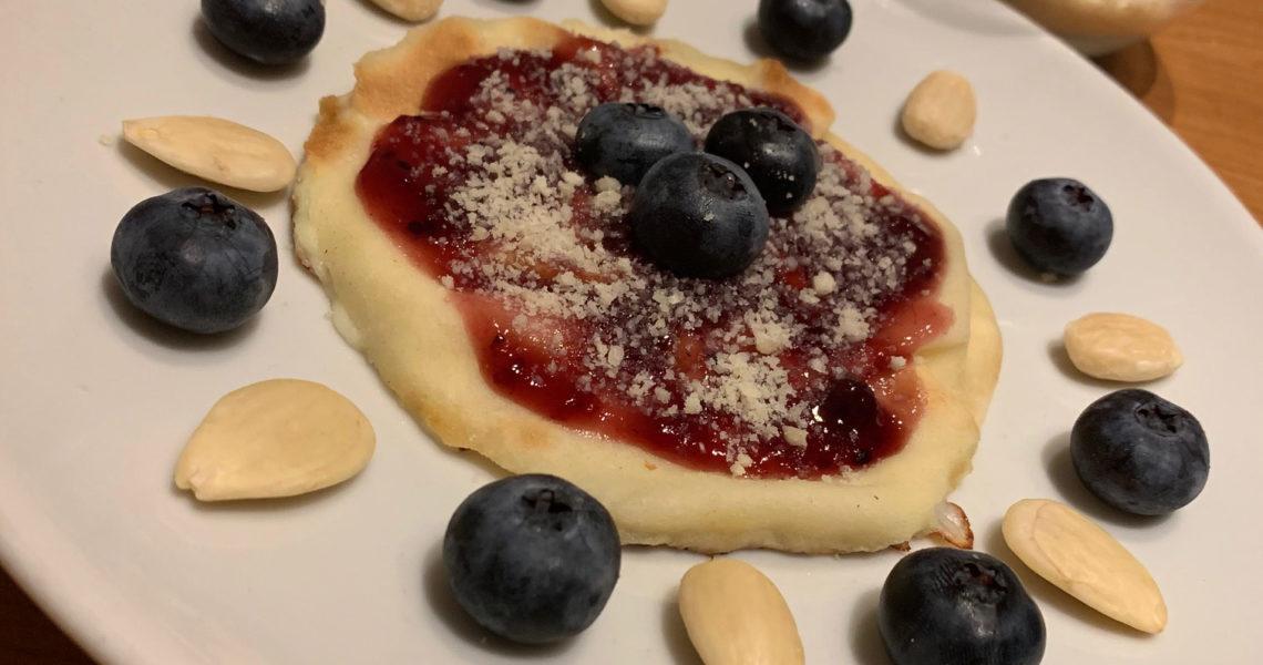 Focaccia col formaggio con frutti di bosco e mandorle - Tossini Recco