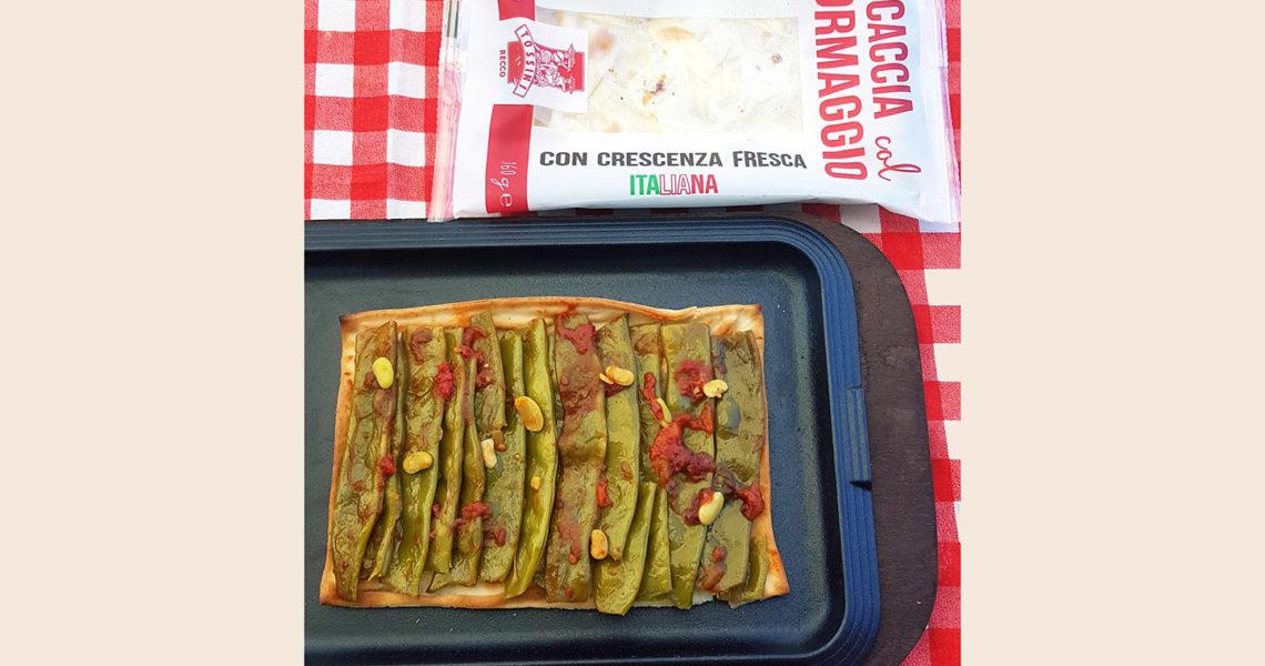 Focaccia col formaggio con piattoni saltati con pomodoro e peperoncino - Tossini Recco