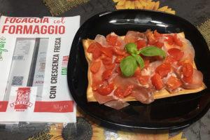 Focaccia col formaggio con prosciutto crudo e pomodorini, Tossini