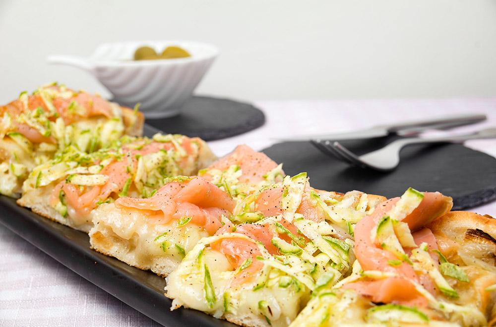 Focaccia con cipolle, salmone, zucchina grattugiata, mozzarella julienne, lime e pepe, Tossini