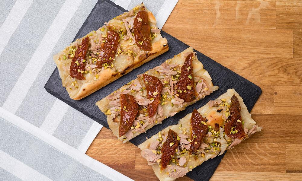 Focaccia con cipolle, tonno, pomodori secchi e granella di pistacchi, Tossini