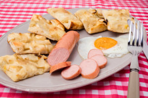 Focaccia con cipolle, uova al tegamino e wurstel, Tossini