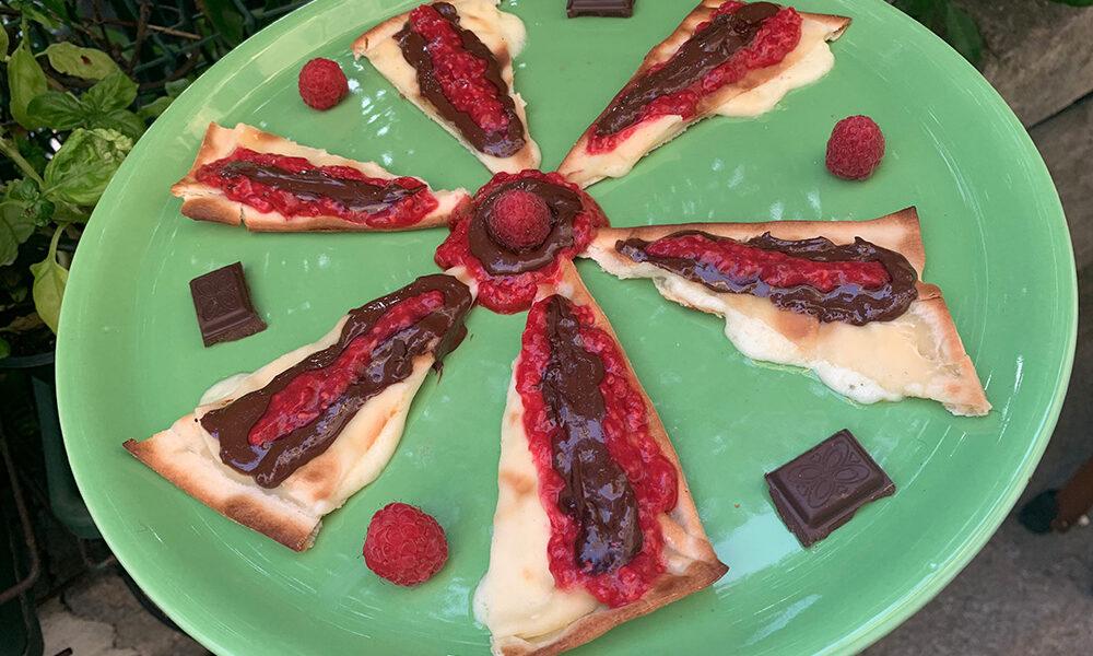 Girandola di Focaccia al formaggio con cioccolato e lamponi di @sarafoodblog - Ricette ambassador - Tossini Recco