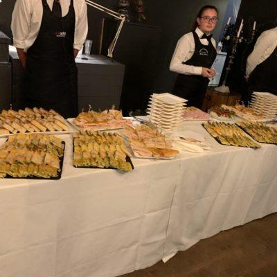 Tossini allestisce il buffet per la festa inaugurale della fiera TTG Rimini.